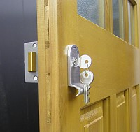 Yale type locking on side hingd door panel
