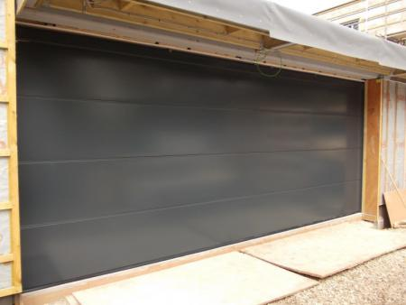 Double LPU40 L ribbed Hormann steelsectional in Anthracite.
